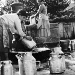 Lattaròle lavano i bidoncini di latta alla fontana